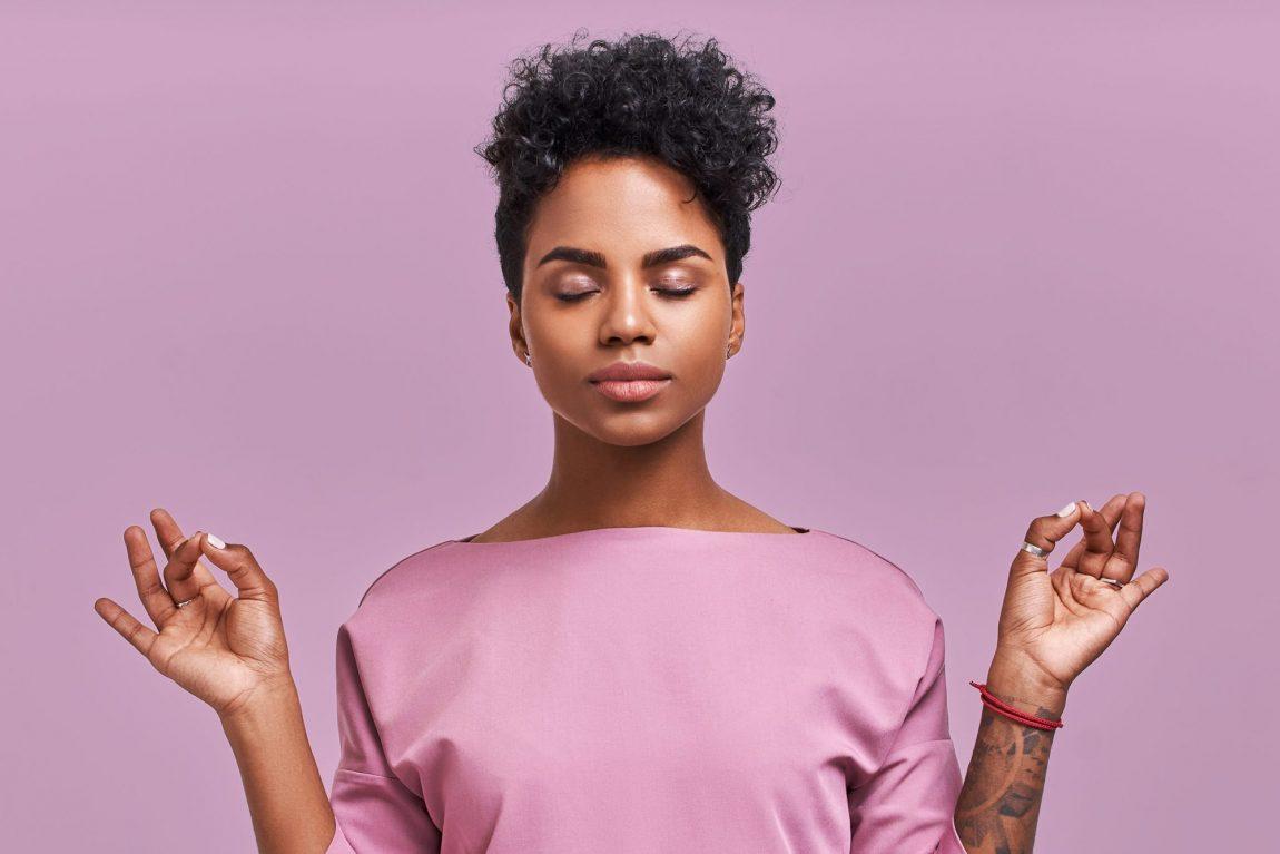 Femme pratiquant la méditation de pleine conscience