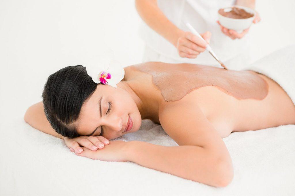 Prenez soin de vous : femme se relaxant au spa