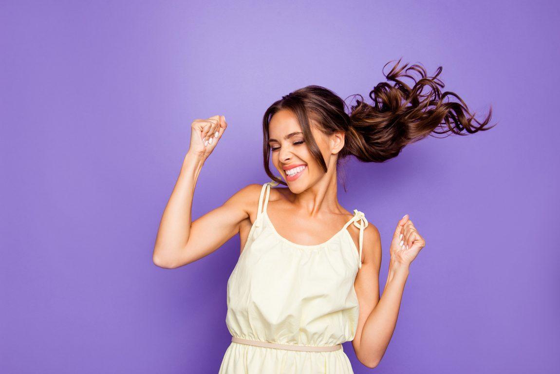 Femme souriante ayant une attitude positive et optimiste