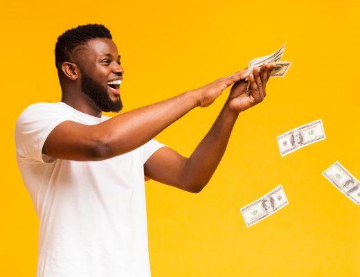 motivation extrinseque : jeune homme qui dépense de l'argent